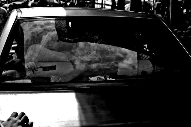 Финалист. Из серии «Окна в душу». Автор фото: Артур Фигероа Джумагдао LensCulture, в мире, конкурс, люди, уличное фото, фото