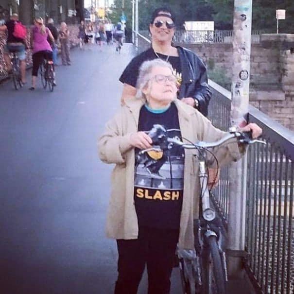 Пожилая женщина является поклонницей Слэша, но она даже не подозревает, что он в данный момент стоит за её спиной задний план, люди, прикол, умора, фото, юмор