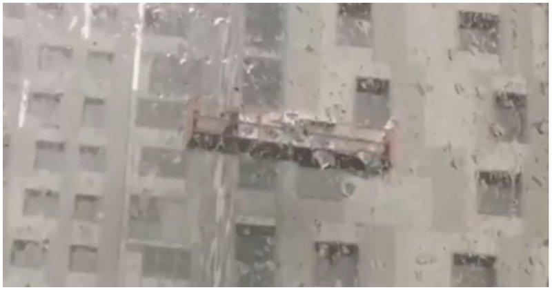 Двое рабочих не успели слезть с люльки во время урагана видео, люлька, пермь, повезло, ураган