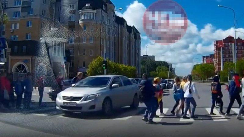 В Тюмени водитель Тойоты не пропустил колонну школьников и проехал сквозь детей toyota, авто, автохам, быдло, видео, дети, дтп, пешеходный переход