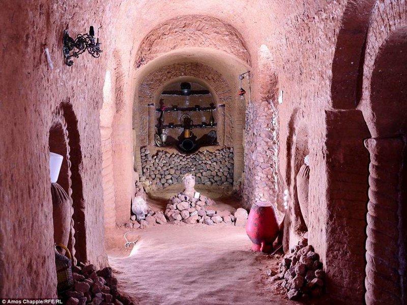 На этих фотографиях вы увидите, как человек в одиночку, используя лишь молоток и зубило, создал в подвале под своим домом настоящее произведение искусства армения, интересно, мастер, музей, подвал, подземный, подземный дом, туристу на заметку