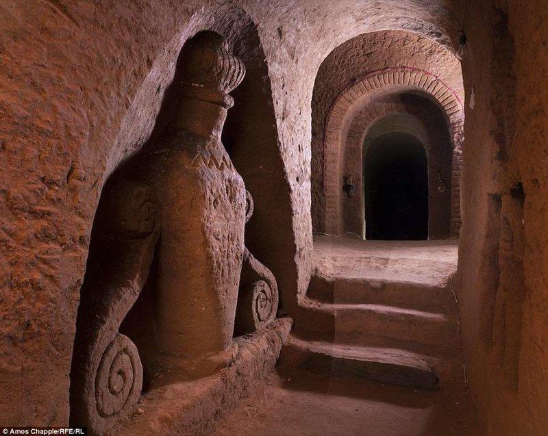 За годы, прошедшие с того дня, Левон углубился вниз на 20 метров и создал множество украшений на стенах и потолке подвала армения, интересно, мастер, музей, подвал, подземный, подземный дом, туристу на заметку
