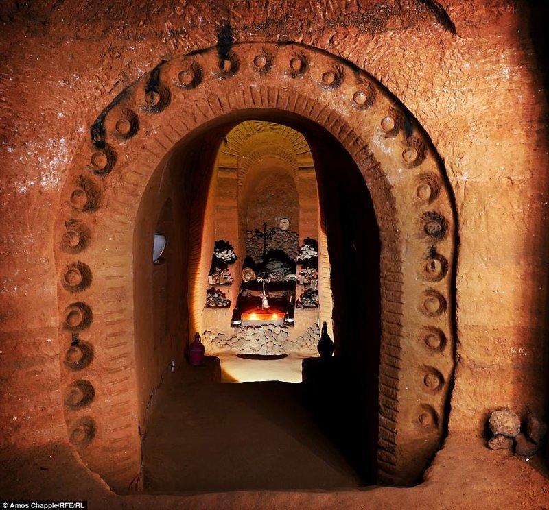 Коридоры, величественные дверные проемы, римские колонны, причудливые лестницы... Чего здесь только нет! армения, интересно, мастер, музей, подвал, подземный, подземный дом, туристу на заметку