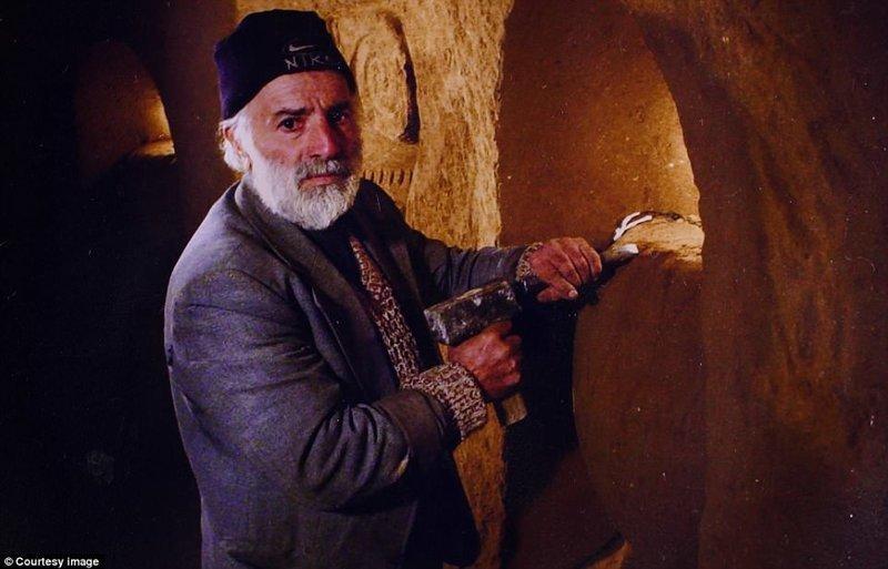 Левон Аракелян, строитель по профессии, потратил 23 года на создание этого невероятного подземного дворца. Он работал над своим проектом даже в день своей смерти в 2008 году. Ему было 67 лет армения, интересно, мастер, музей, подвал, подземный, подземный дом, туристу на заметку