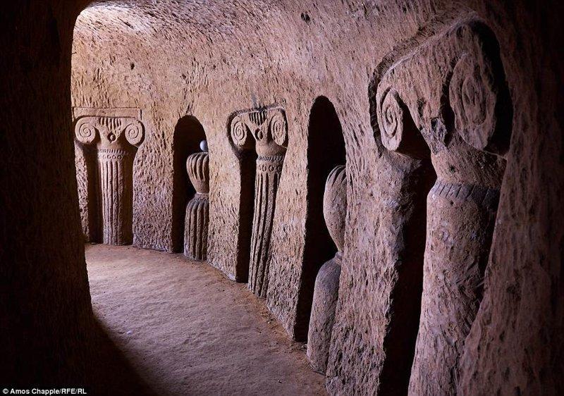 Сегодня это место в армянском селе Ариндж открыто в качестве музея. Новозеландский фотограф Амос Чаппл недавно посетил эту достопримечательность и теперь мы смотрим на нее его глазами армения, интересно, мастер, музей, подвал, подземный, подземный дом, туристу на заметку
