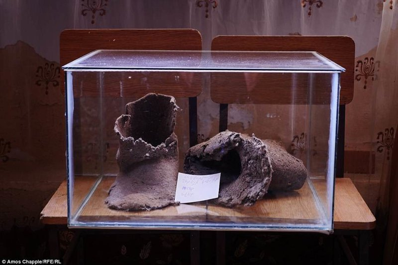 Еще один музейный экспонат - ботинки чудо-зодчего армения, интересно, мастер, музей, подвал, подземный, подземный дом, туристу на заметку
