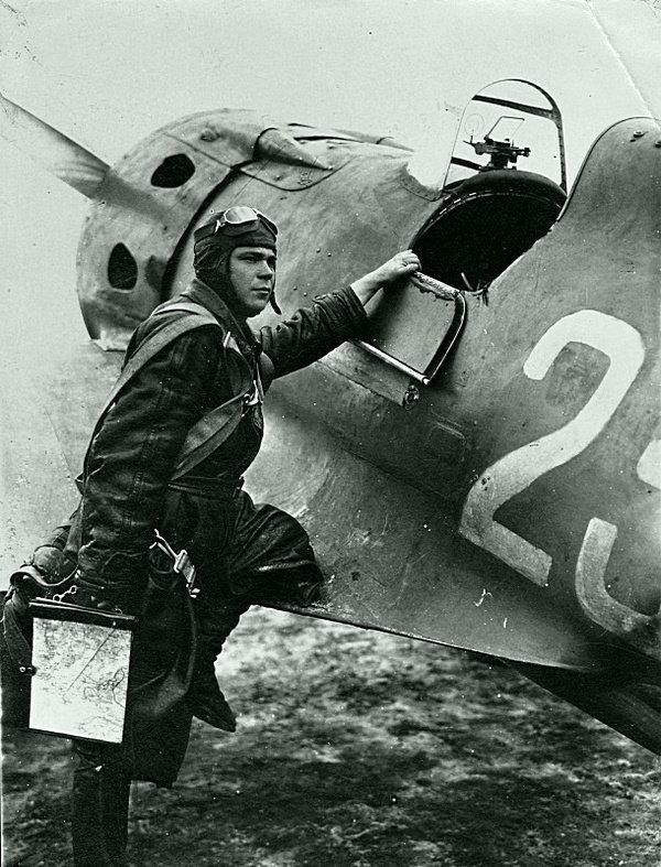 Командир звена 145-го истребительного авиаполка старший лейтенант Виктор Петрович Миронов (1918—1943) у истребителя И-16. Великая Отечественная  война, СССР, история