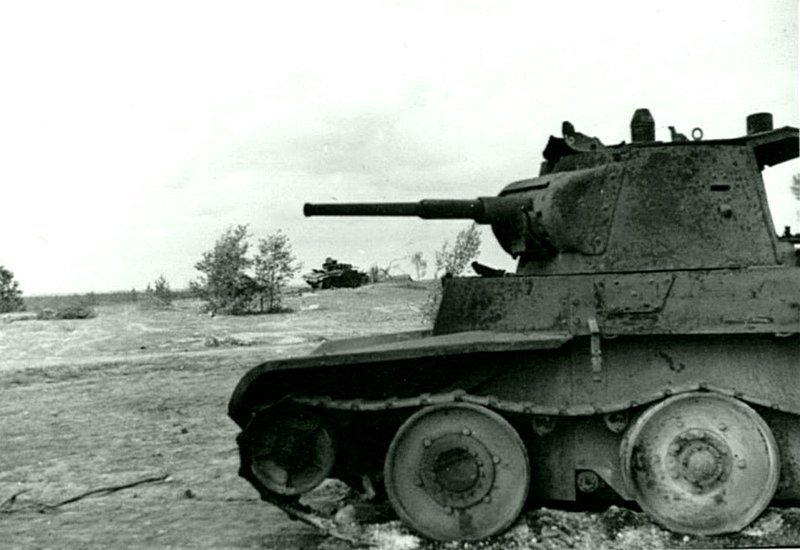 Советский легкий танк БТ-7, уничтоженный 23 июня 1941 года во время боя в районе Алитуса. Место съемки: Литва, СССР. Время съемки: июнь-июль 1941.   Великая Отечественная  война, СССР, история
