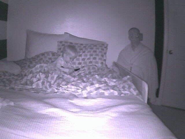 5. В комнате ребенка стоит камера наблюдения с сенсором движения. В какой-то момент супруге на телефон пришел этот кадр. И только вечером муж рассказал, что специально искал эту маску, чтобы «пошутить». мужчины и женщины, понять и простить, прикол, селфи, фото, шутка