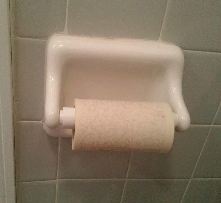 9. Взял и заменил туалетную бумагу на липкий валик. Интересно, что бы этот мужчина сказал, если бы девушка воспользовалась этим предметом? мужчины и женщины, понять и простить, прикол, селфи, фото, шутка