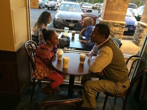 """""""Сфотографировал отца с дочкой, чтобы показать им, как они будут выглядеть через 10 лет"""" Забавные фото, забавно, задний план, подборка, приколы, смешно, удачный момент, фото"""
