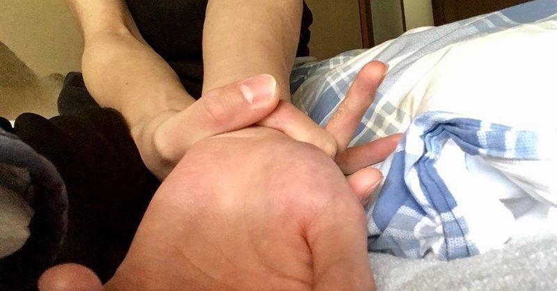 Чтобы узнать это вам нужно одной рукой обхватить запястье другой руки и попробовать дотянуться большим пальцем до указательного: запястье, кисть, люди, телосложение, тест