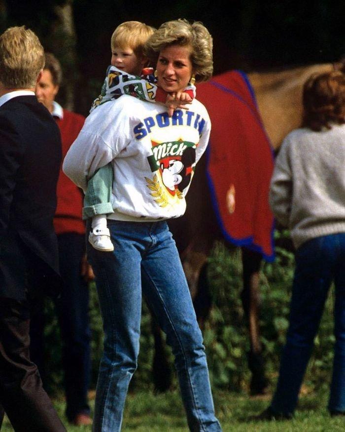 2. Принцесса Диана с сыновьями в Диснейленде. Стоят в очереди вместе со всеми Instagram, звезды, знаменитости, знаменитости в молодости, известные, редкие фото, селебрити, старые фото