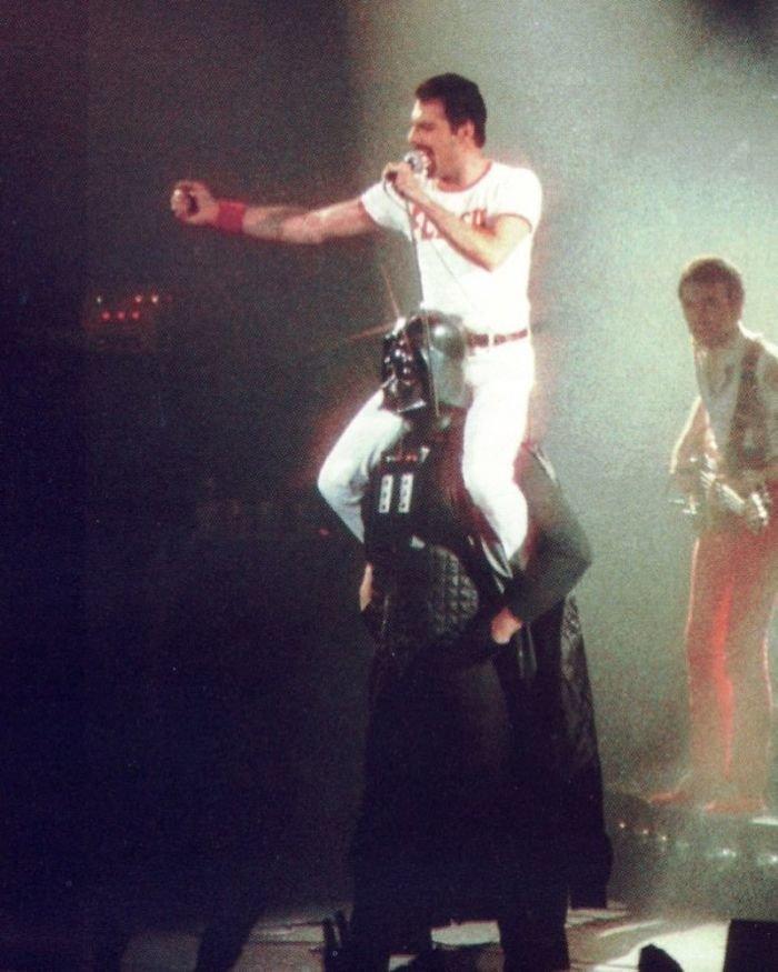 5. Фредди Меркьюри верхом на Дарте Вейдере, август 1980 г. Instagram, звезды, знаменитости, знаменитости в молодости, известные, редкие фото, селебрити, старые фото
