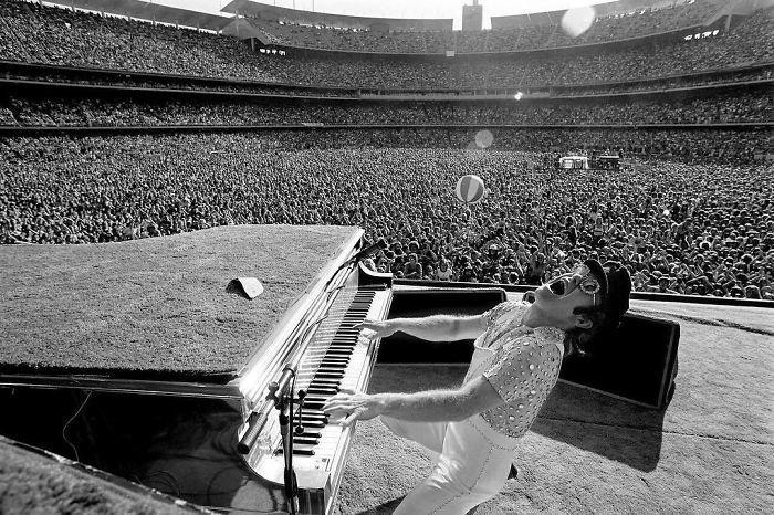 20. Элтон Джон зажигает на стадионе Доджер, Лос-Анджелес, 1975 г. Instagram, звезды, знаменитости, знаменитости в молодости, известные, редкие фото, селебрити, старые фото
