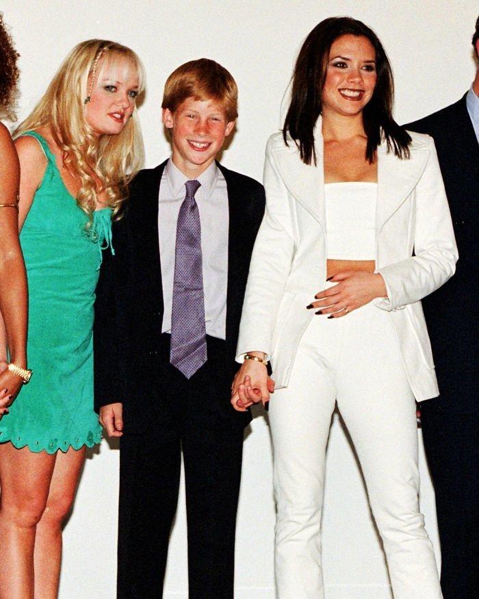 14. Принц Гарри держит за руку Викторию Бэкхем, фотографируясь с группой Spice Girls в 1997 году Instagram, звезды, знаменитости, знаменитости в молодости, известные, редкие фото, селебрити, старые фото