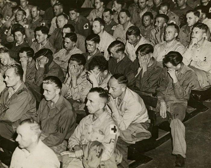 6. Немецкие солдаты реагируют на кадры хроники о концлагерях.  1945 г. война, история, память