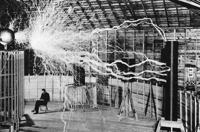 7. Никола Тесла сидит в своей лаборатории война, история, память