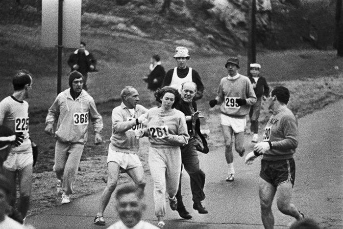 4. Организаторы бостонского марафона стараются остановить Кетрин Свитцер. Кетрин стала первой женщиной, выигрышей Бостонский марафон, 1967г.  война, история, память