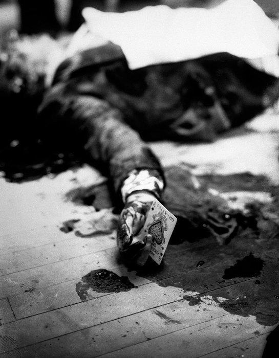 13. Мафиози, убитый перед рестораном с игральной картой в руке  война, история, память