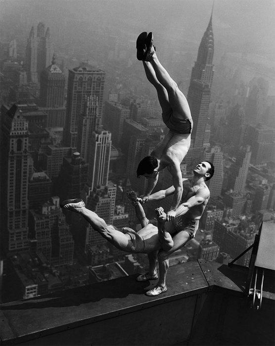 10. Акробаты балансируют на краю Эмпайр Стейт Билдинг война, история, память
