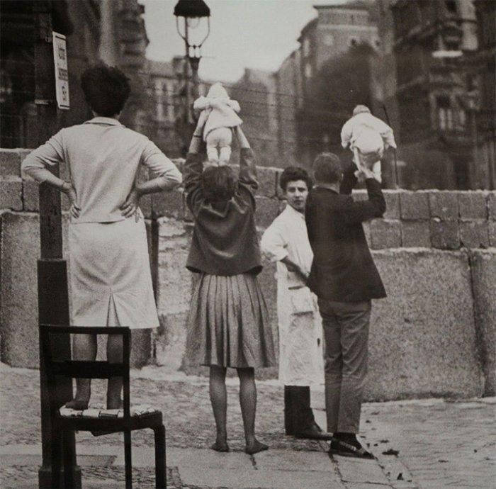 14. Жители западного Берлина показывают своих детей своим родителям, живущим в восточном Берлине война, история, память