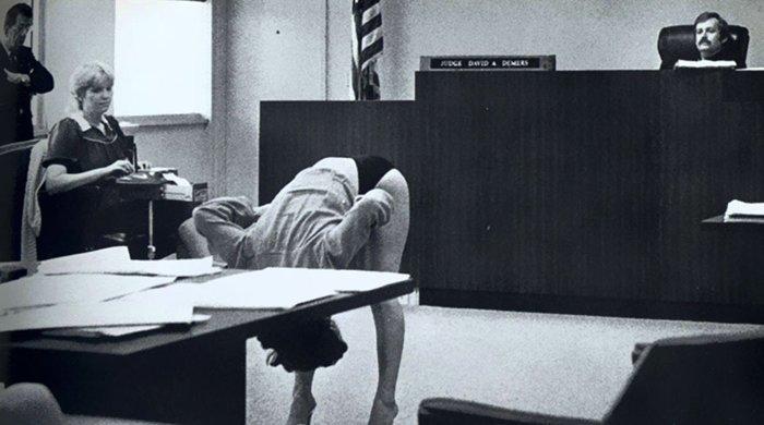 11. Стриптизерша демонстрирует судье, что ее нижнее белье достаточно большое, чтобы соответствовать рамкам приличий война, история, память