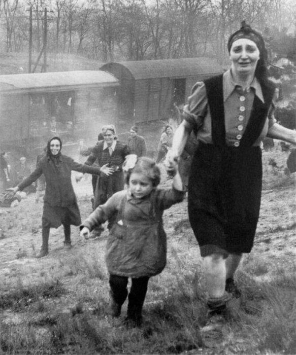 """1. Евреи, освобожденные из """"поезда смерти"""" в 1945г. война, история, память"""