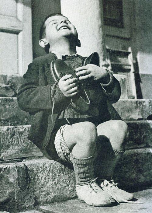 8. Австрийский мальчик получил новую пару обуви. Вторая Мировая Война война, история, память