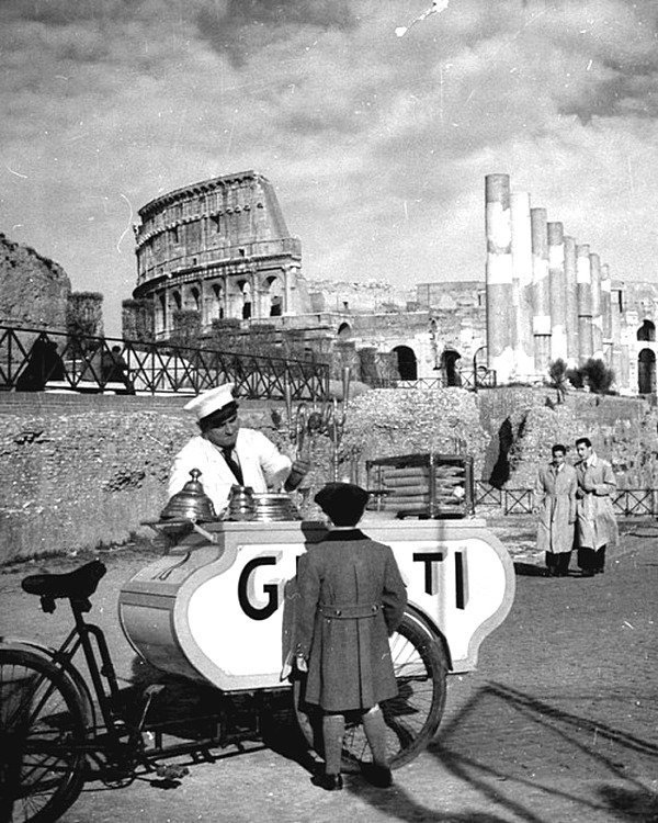 Ребенок покупает мороженое у продавца в Риме, недалеко от руин Колизея - 1940. Весь Мир в объективе, ретро, фотографии