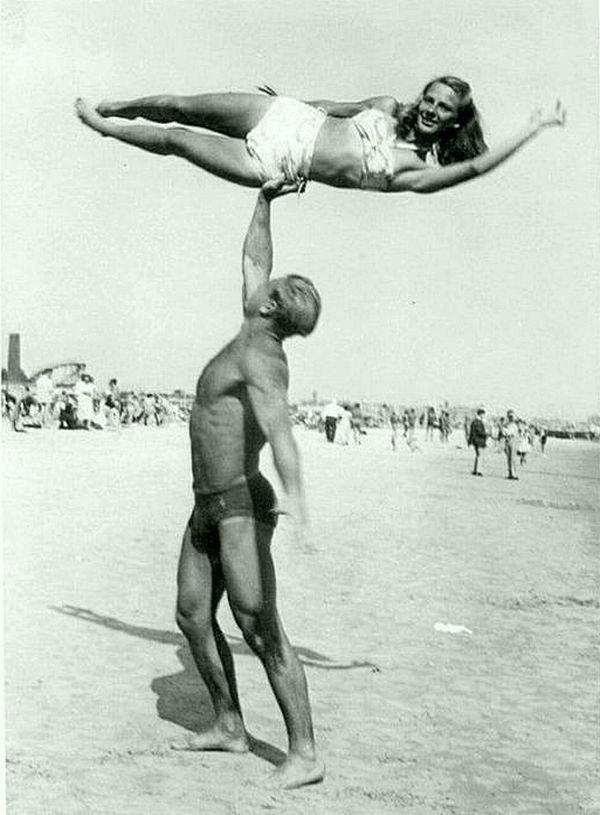 Как развлекались дедушки и бабушки на пляже. Около 40-50 годов. Весь Мир в объективе, ретро, фотографии