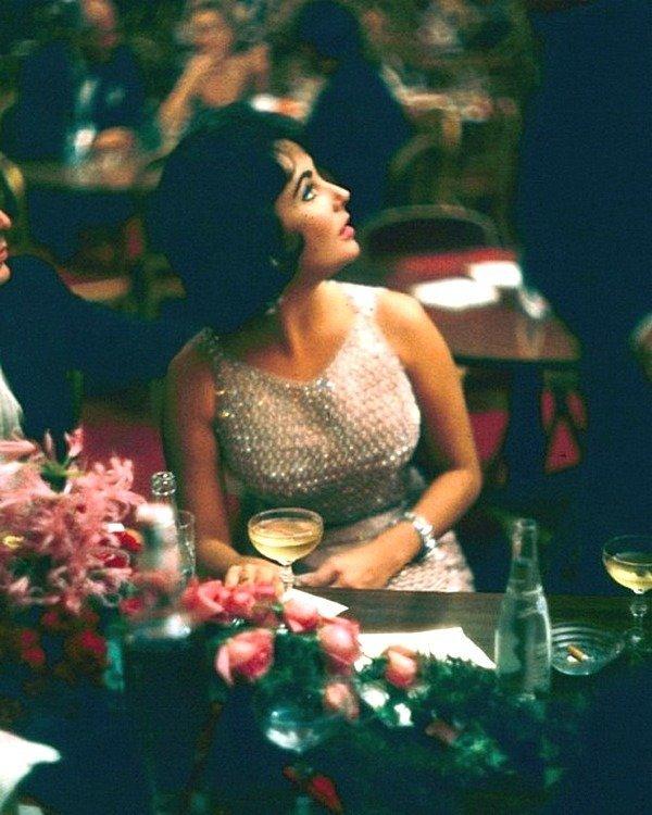 Элизабет Тейлор сидит за столом в баре ресторана Louis Sherry при открытии Метрополитен-опера, Нью-Йорк, Нью-Йорк, 1959 год. Фото Йеле Джоэля - Коллекция изображений LIFE Весь Мир в объективе, ретро, фотографии