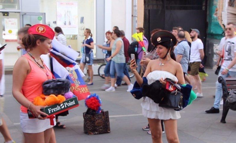 Девчонки продают шапки-ушанки ЧМ 2018 по футболу, бразилия, девушки, мексика, спорт, футбол, чемпионат мира, чм-2018