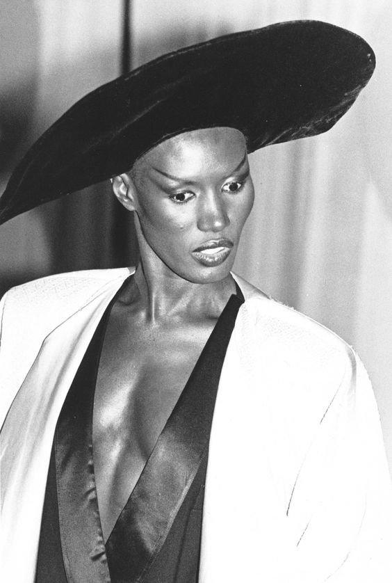 Беверли Грейс Джонс — американская певица, киноактриса, модель. Музыкальная карьера певицы началась в гей диско-клубах Нью-Йорка. Джонс умело сделала ставку на гомосексуальный имидж актрисы, звезды, интересное, некрасивые, нестандартные, талант