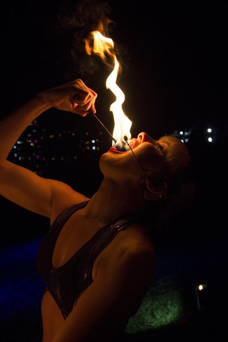 Девушка с огнем день, животные, кадр, люди, мир, снимок, фото, фотоподборка