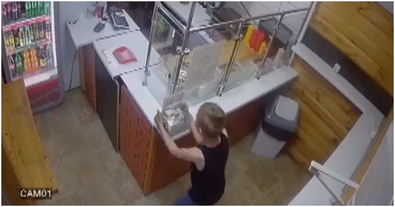 Мальчик попытался украсть ящик с пожертвованиями в кафе, но потерпел неудачу Каменск-Уральский, видео, дети, кража, юмор