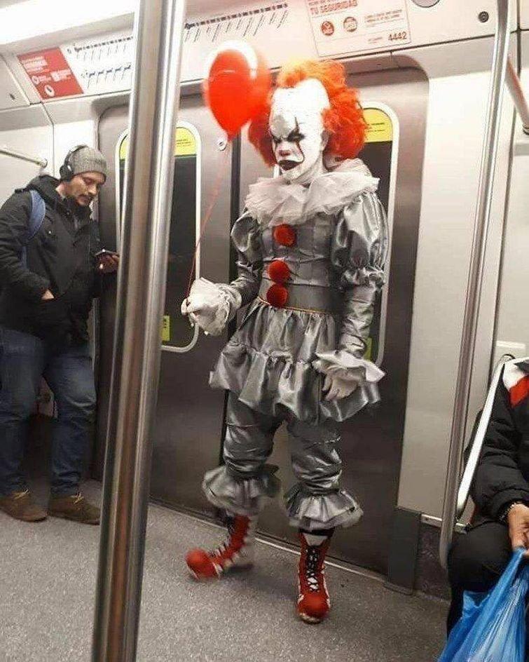 В метро все летают в мире, подборка, прикол, странные вещи, удивительно, фото
