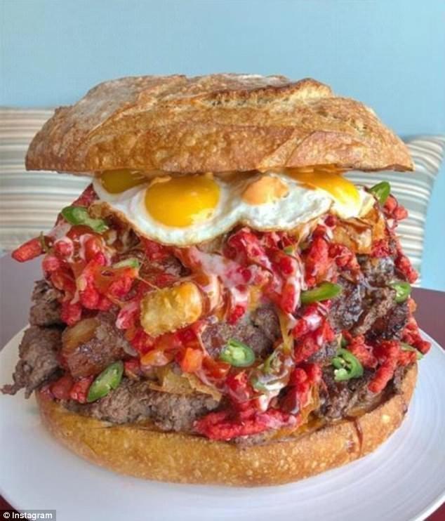 """Кафе Truffles N Bacon в Лас-Вегасе стало настоящей достопримечательностью и вызовом для тех, кто любит поесть что-то новое и необычное. В данном случае это бургер Belly of the Beast (""""Пузо зверя"""") бургер, бургеры, вот это да!, гигантский, еда, и такое бывает, лас-вегас, сша"""