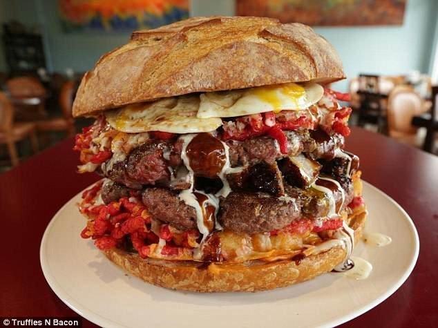 Этого съедобного монстра делают из двух говяжьих котлет Angus - размером с небольшую пиццу бургер, бургеры, вот это да!, гигантский, еда, и такое бывает, лас-вегас, сша