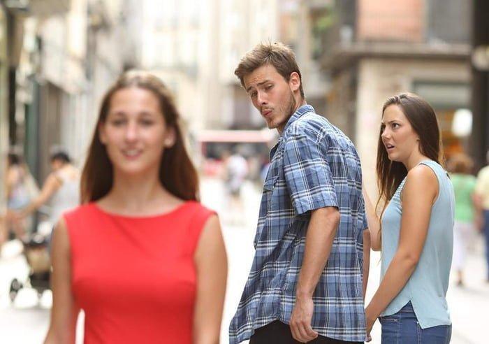 Уже набивший оскомину мем Distracted Boyfriend. Девушка в шоке meme, выражение лица, забавное, интернет мем, смешное, стоковые фото, шок, шок это по-нашему