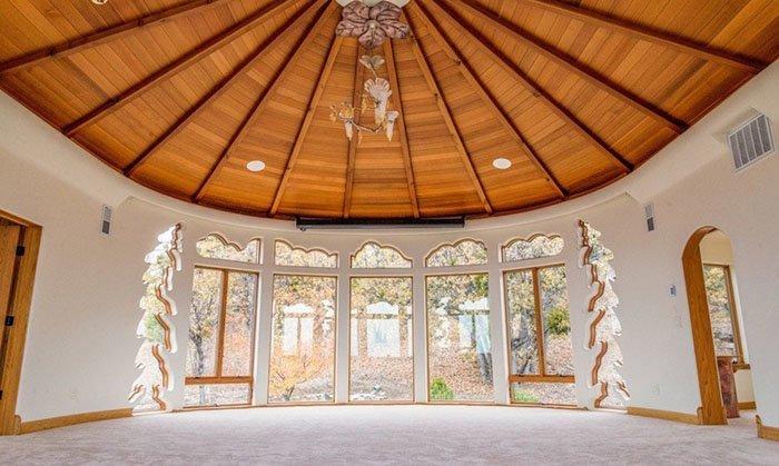 Окна вырезаны в форме облаков и деревьев oregon, властелин колец, дизайн, дом, мир, толкин, фото