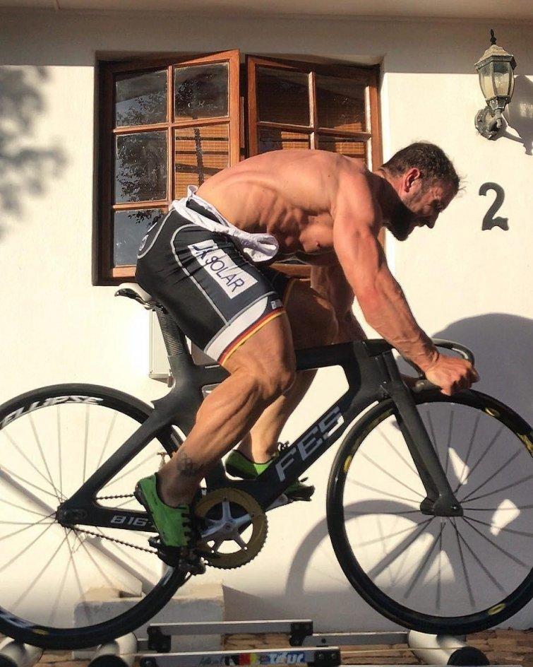Роберт Фёрстеманн является немецким трековым велосипедистом Роберт Фёрстеманн, велосипедист, ноги, спорт, тело