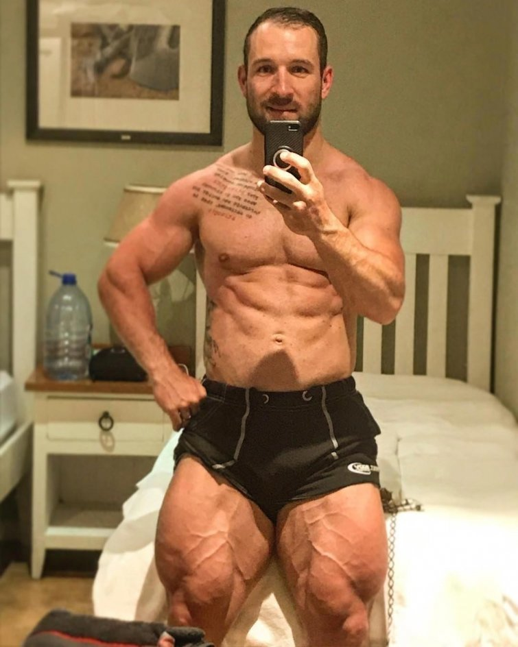 У Роберта есть страничка в Инстаграм, которая может похвастаться почти 90-тысячной аудиторией подписчиков Роберт Фёрстеманн, велосипедист, ноги, спорт, тело