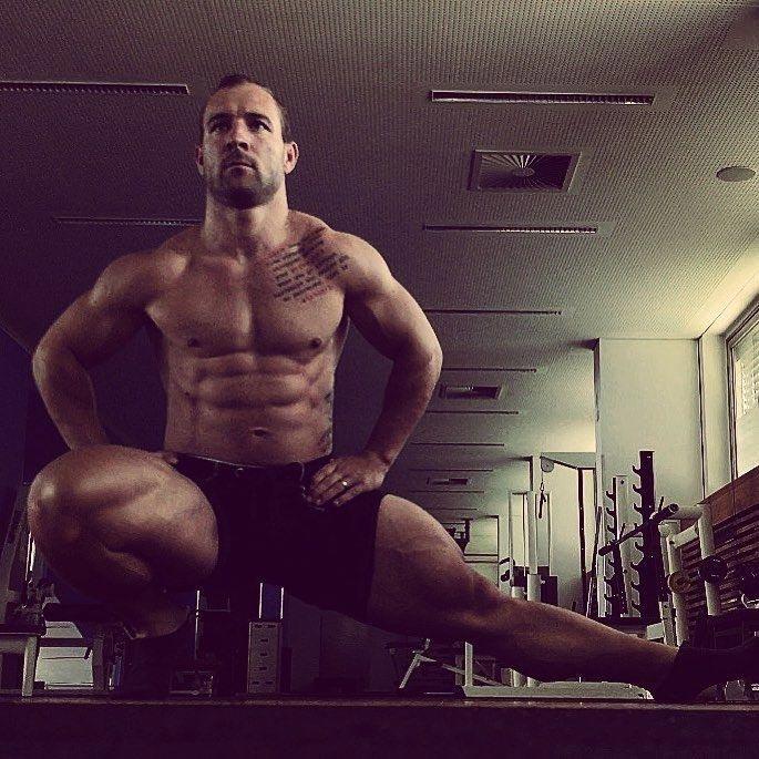 Как вы могли заметить, Роберт мускулист не только в ногах, но и по всему телу. И всё благодаря прочим тренировка не на ноги, и некоторые из них довольно специфичные Роберт Фёрстеманн, велосипедист, ноги, спорт, тело