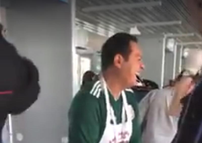 Полицейские оценили юмор. Они посмеялись вместе с пошляком и отпустили его на игру видео, мексика, обыск, прикол, розыгрыш, россия, фартук, футбол