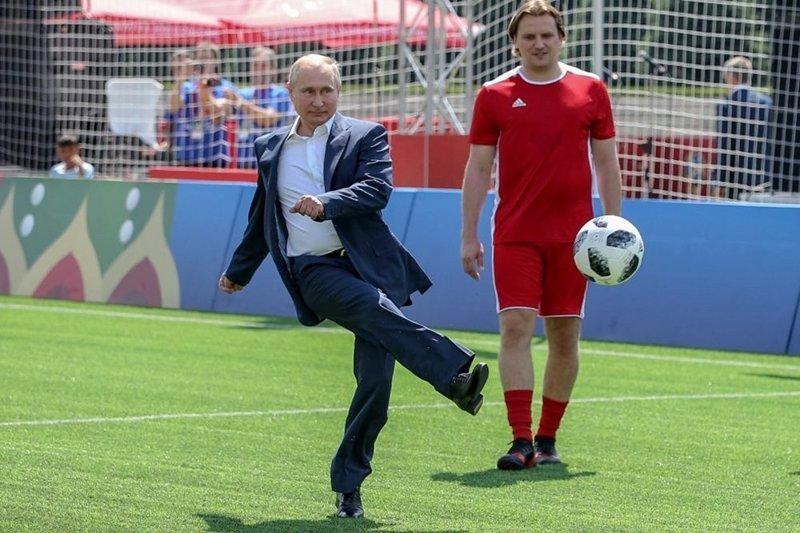 Именно эта фотография стала известной, благодаря битве фотошоперов. ynews, интересное, президент, путин, фото, футбол, чм-2018