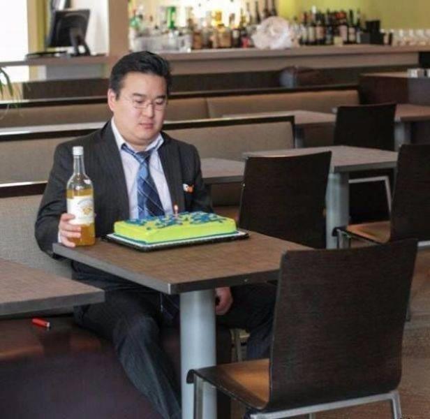 Ходить одному в кафе грустно, особенно в день рождения люди, одинокие люди, одиночество, прикол, фото, хитрости, юмор