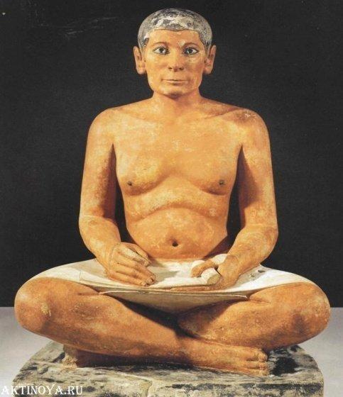 «Сидящий писец» из Саккары, (2600-2360 гг. до н.э.). Материал — известняк, а глаза снова из хрусталя, в медной оправе. архиология, древность, загадки, история