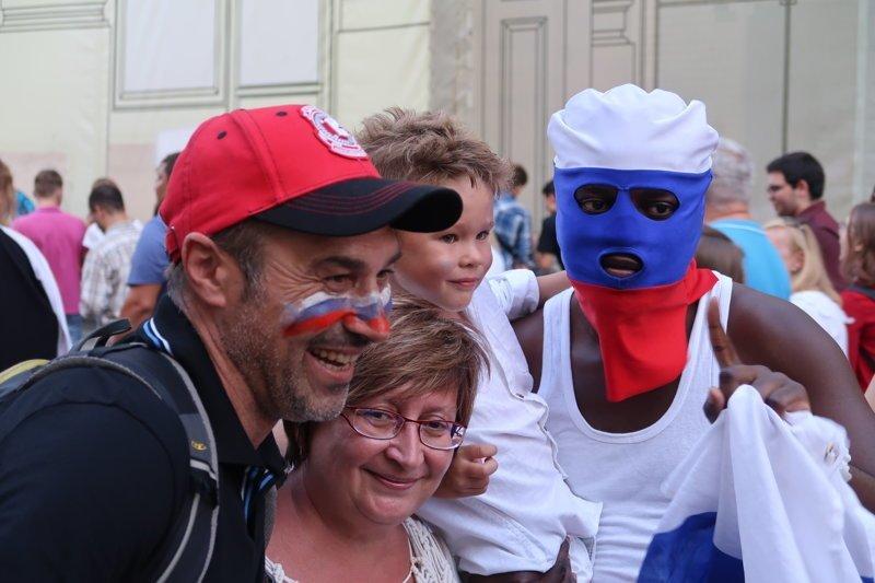человек в маске ЧМ 2018 по футболу, девушки, спорт, футбол, чемпионат мира, чм-2018