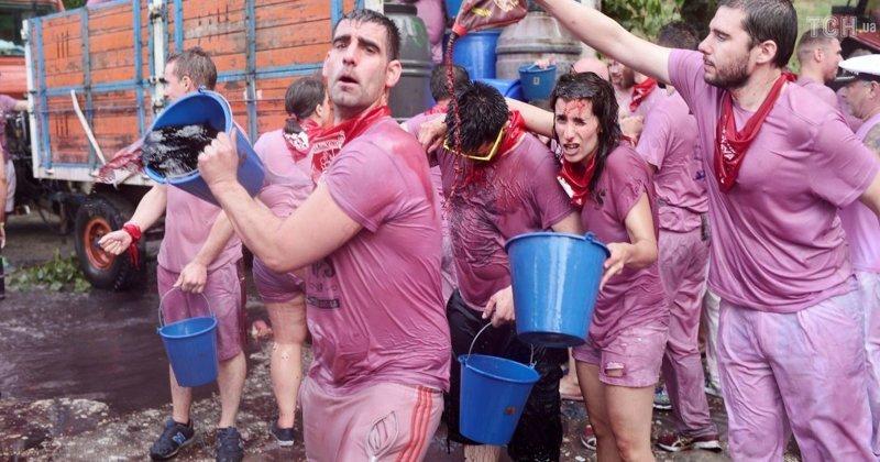По окончанию мессы начинаются винные бои Фестиваль, в мире, вино, испания, люди, праздник